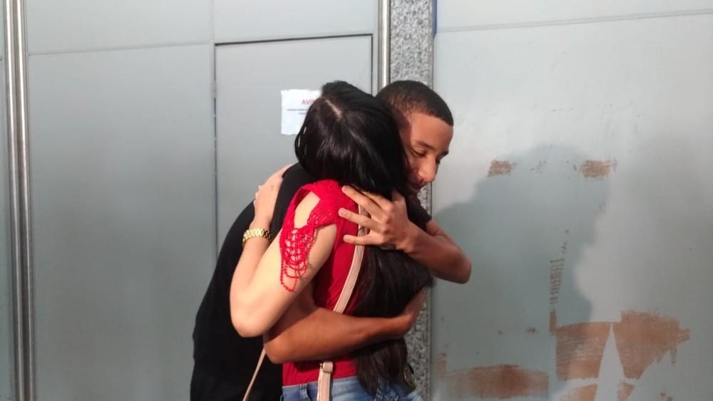 Jogador que sobreviveu ao incêndio no CT do Flamengo chega em Palmas e é abraçado pela família — Foto: Ana Paula Rehbein/TV Anhanguera