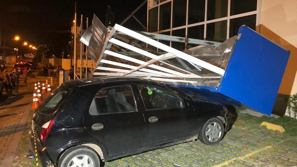 Carro que estava estacionado do lado de fora da igreja foi atingido, após o desabamento — Foto: Walter Paparazzo/G1