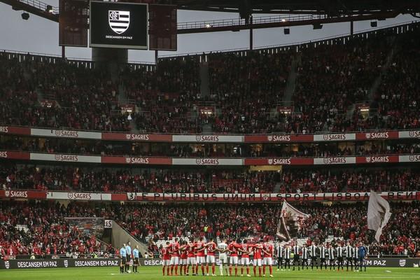 Partida do Benfica teve homenagem às vítimas em incêndio no CT do Flamengo — Foto: Efe